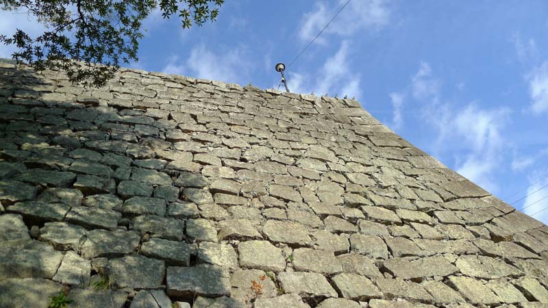Marugame_castle_stone_wall